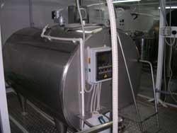 Танк-охладитель в цехе приемки молока